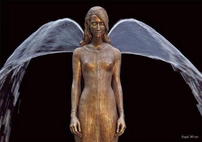 Скульптор Малгожата Ходаковская (Malgorzata Chodakowska) из Польши создает невероятные фонтаны, в которых бронза и вода дополняют друг друга