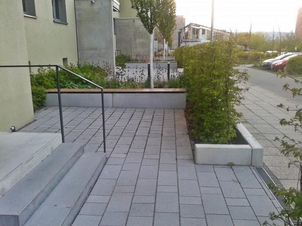Крайний подъезд не имеет дворика, вместо него к двери ведет широкий спуск и имеется парковка для вел