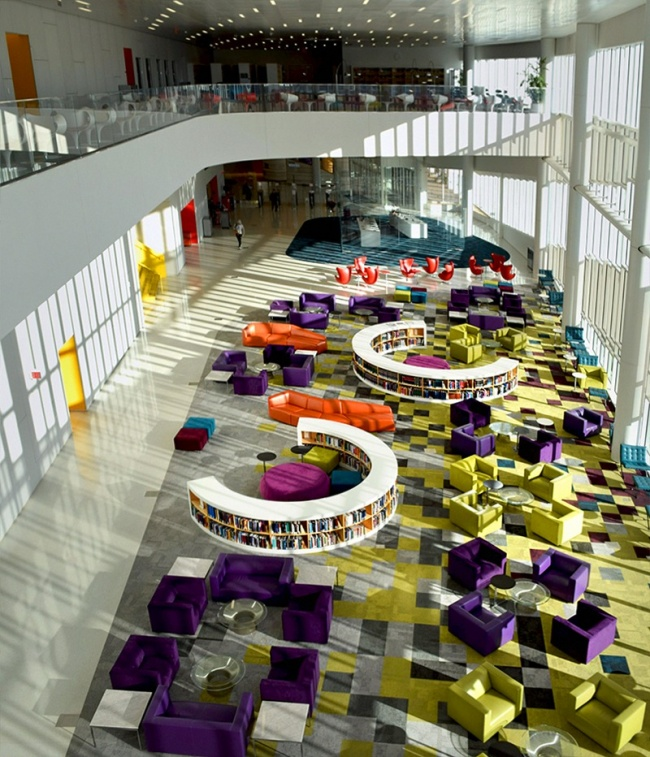 © imgur  Подсветка, широкие лестницы ипарк вокруг яркой круглой школы.