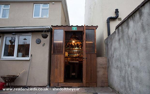 Соседи построили собственный паб в узком пространстве между домами (13 фото)