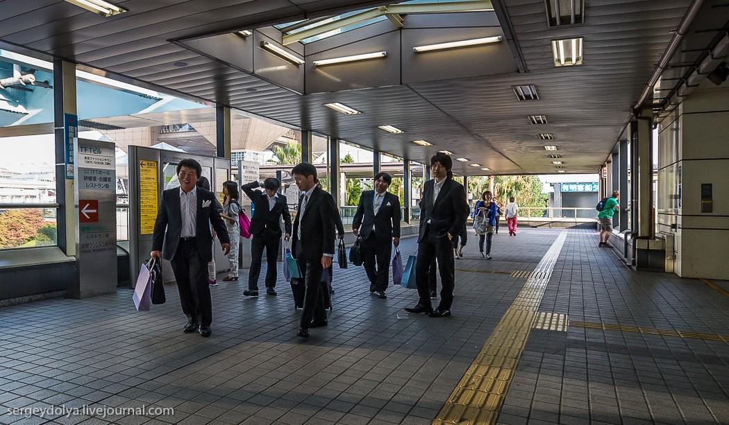 3. До центра Токио ходит монорельс. Японцы весьма забавны: на работу и официальные встречи они одева