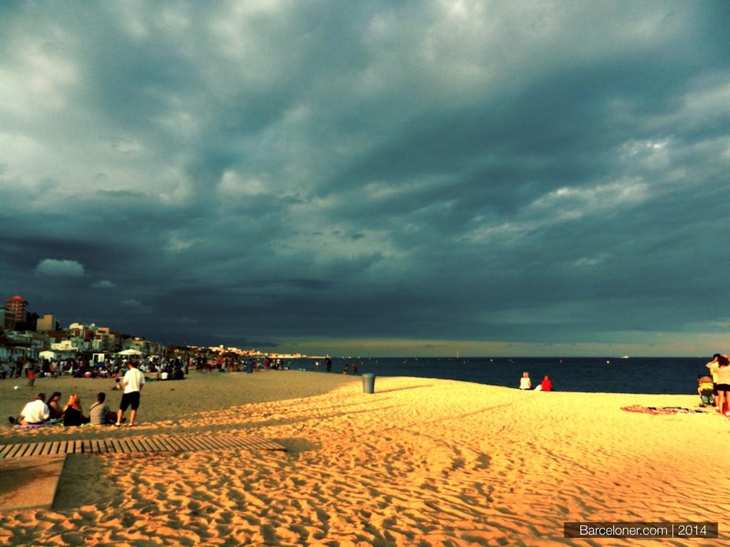 2. Сесть на электричку, проехать 20 минут вдоль моря, выйти и остаться на большом, чистом, немноголю
