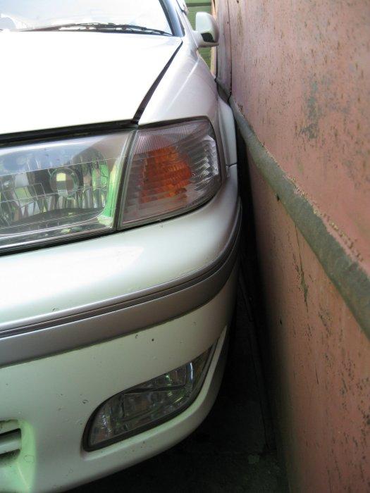 Парковка «впритык» может оставить неприятные сюрпризы на кузове.   Фото: drive2.ru. Вмятины и царапи