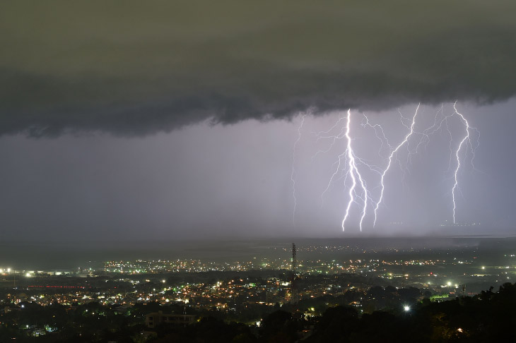 2. Ток в разряде молнии достигает 10-20 тысяч ампер.  Кейптаун, Южная Африка. (Фото Mike Hutching