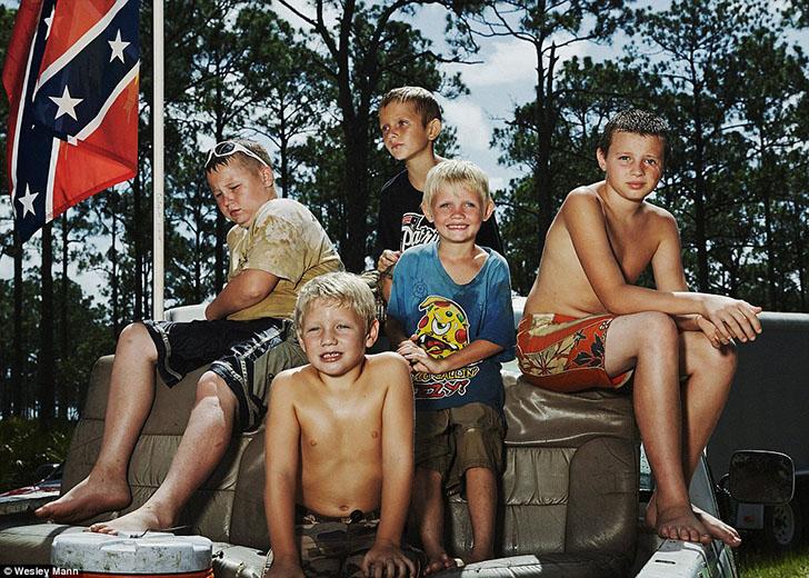 Несколько мальчиков позируют перед камерой в «Яхт-клубе реднеков».