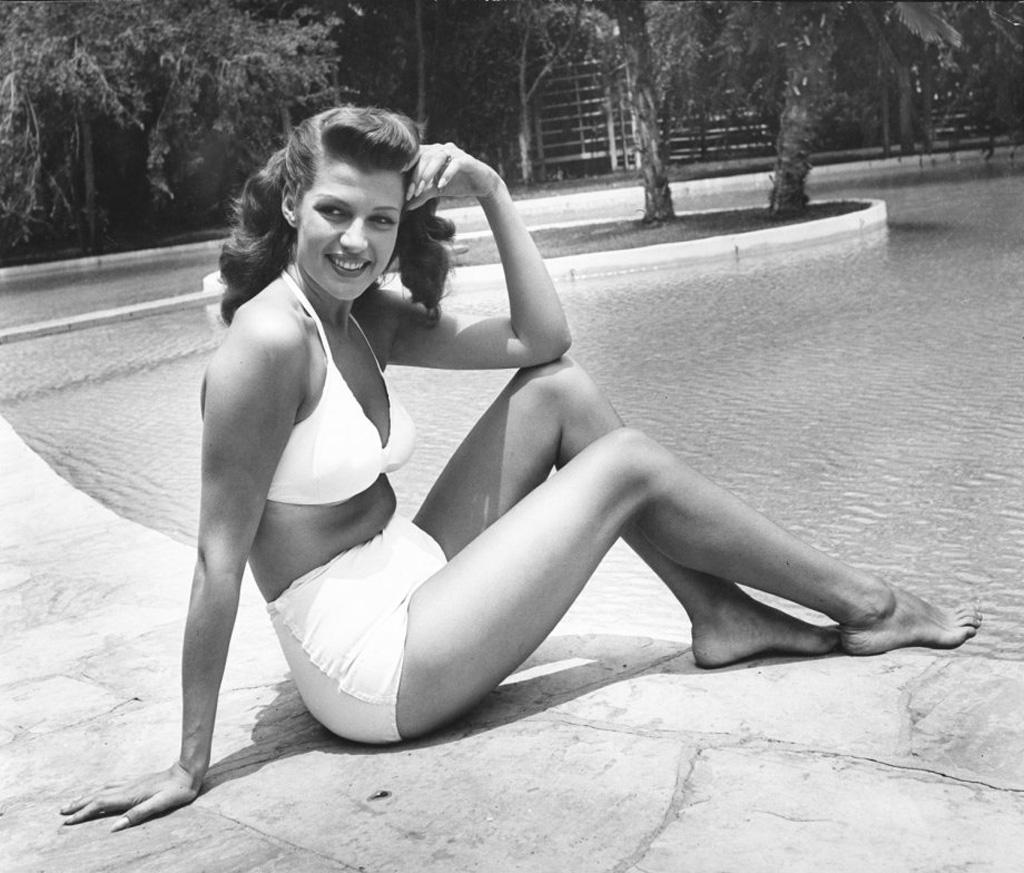 4. Рита Хейворт дома в Лос-Анджелсе, 1945 год. (Peter Stackpole—Time & Life Pictures/Getty Images)
