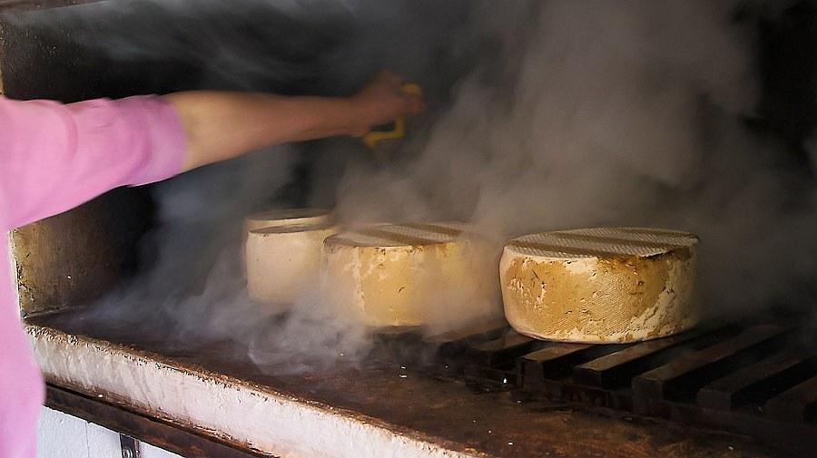 Сыр переворачивают, чтобы он прокоптился со всех сторон: