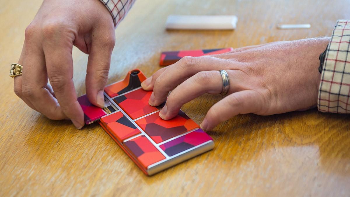 13. В самом деле: если при падении у обычного смартфона отваливается крышка (что терпимо) или разбив