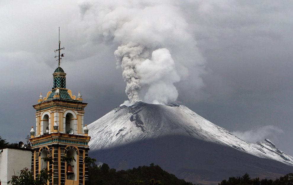 Извержение вулкана Попокатепетль («Дымящийся холм») в Мексике, 4 июля 2013. (Фото Pablo Spencer
