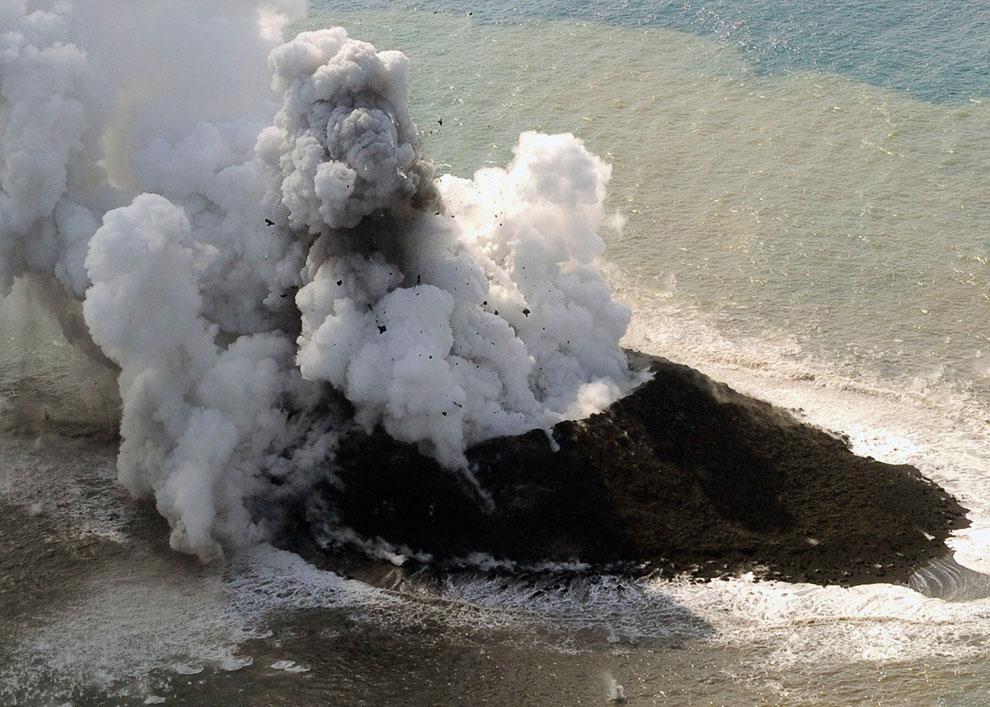 Извержение вулкана Сакура-Джима на японском острове Кюсю, 23 ноября 2013. В настоящее время это