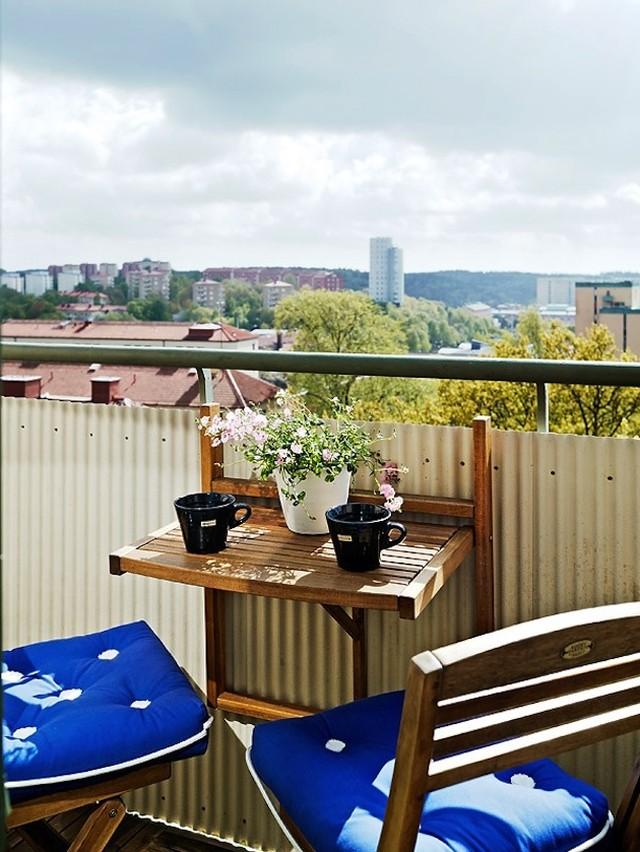 12. Деревянная мебель на открытом балконе