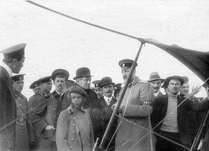 Группа зрителей и летчиков (среди них летчик С.Уточкин с сыном).