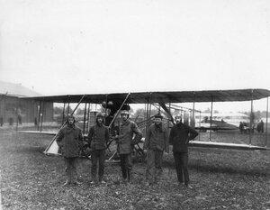 Авиатор В.М.Абрамович, совершивший перелет из Берлина в Петербург, и другие пилоты на аэродроме у биплана.