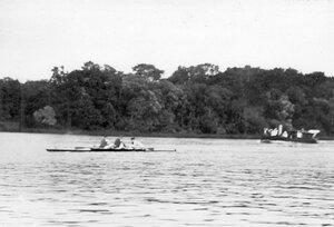 Участники состязаний в гоночной лодке на Неве.