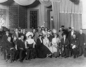 Группа членов клуба и гостей с призами, полученными клубом