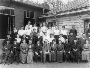 Группа членов гимнастического общества Пальма и их родственники у дачного строения