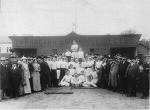 Группа членов гимнастическом обществе Пальма и приглашенных гостей в зале по окончании соревнований