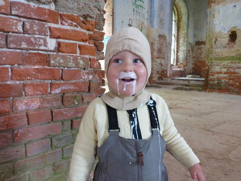 папа покормил ребенка кефиром