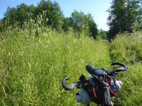 пешеходный участок по траве на велогонке Тур Юнайт Tour Unite 1000 км