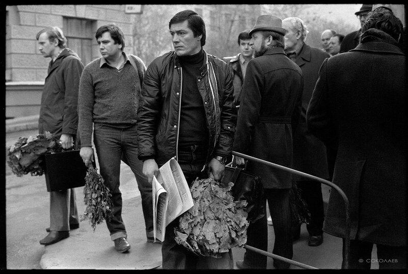 Утренняя очередь в Сандуновские бани. Москва. 30.04.1984.