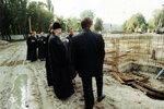 Митрополит Смоленский и Калининградский Кирилл осматривает проделанную работу.