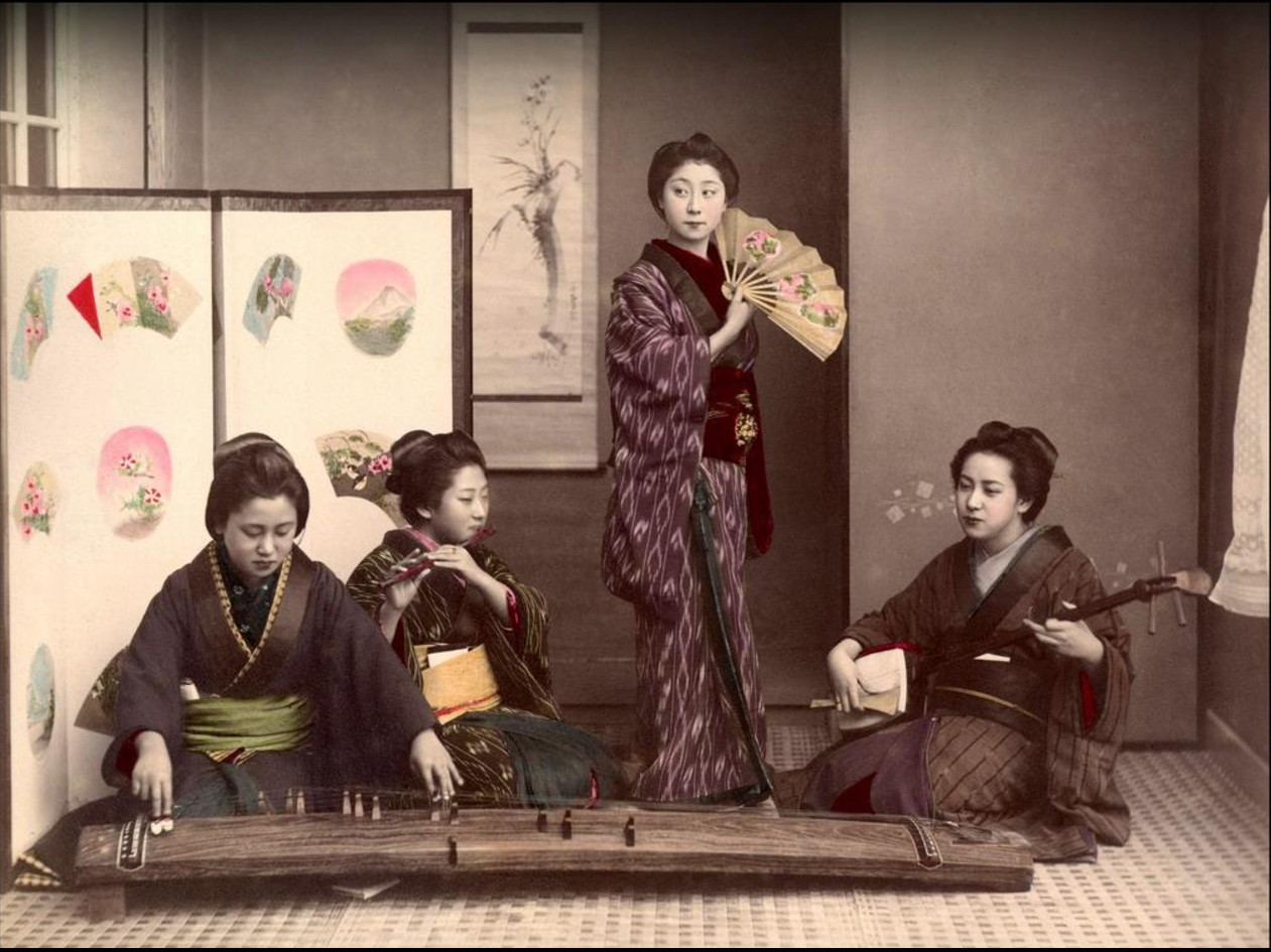 Гейши поют и играют на музыкальных инструментах