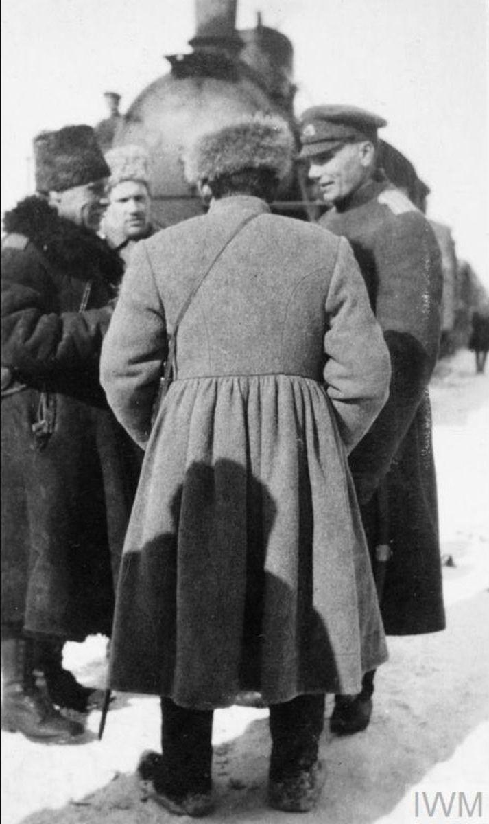 Генерал-лейтенант Александр Александрович Павлов, командующий IV Донским кавалерийским корпусом  беседует со своими офицерами в станице Мечётинской, январь 1920