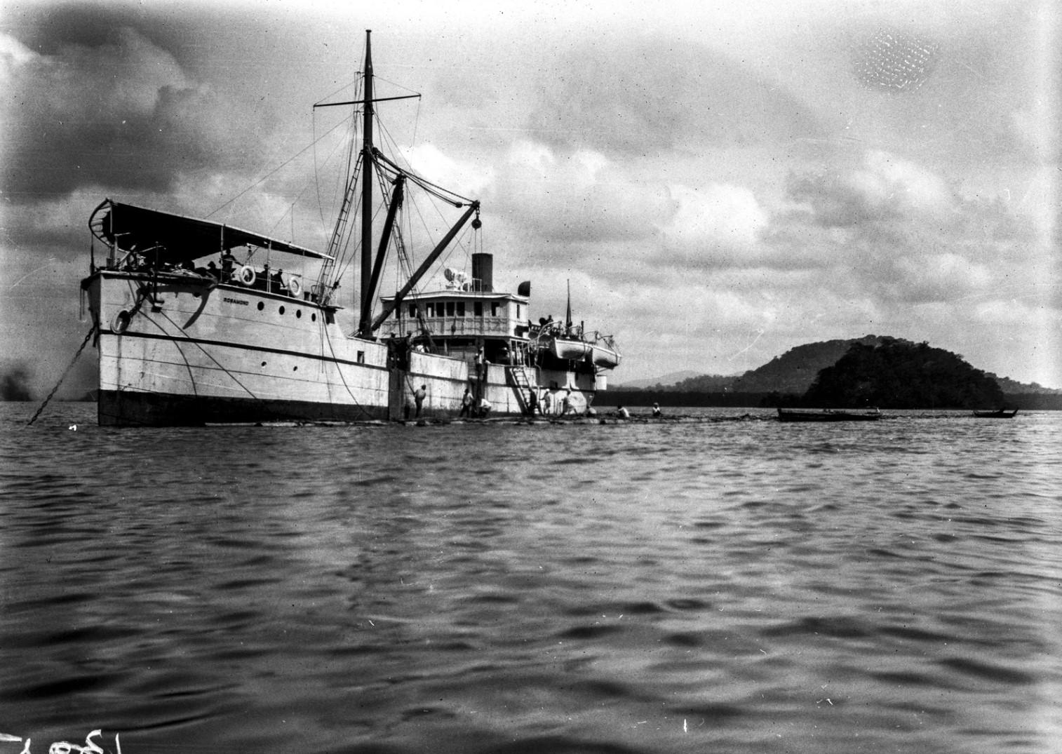 1248. Рабочие подводят плот к кораблю «Rosamunde». Плот используется в отсутствии порта для разгрузки корабля
