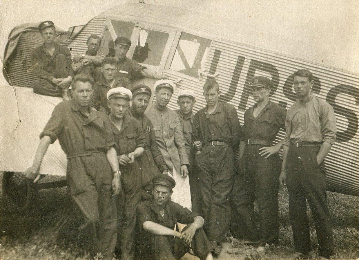 1935. Сотрудники аэроклуба на аэродроме