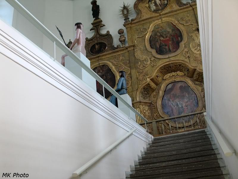 Вид с лестницы на зал с деревянной скульптурой