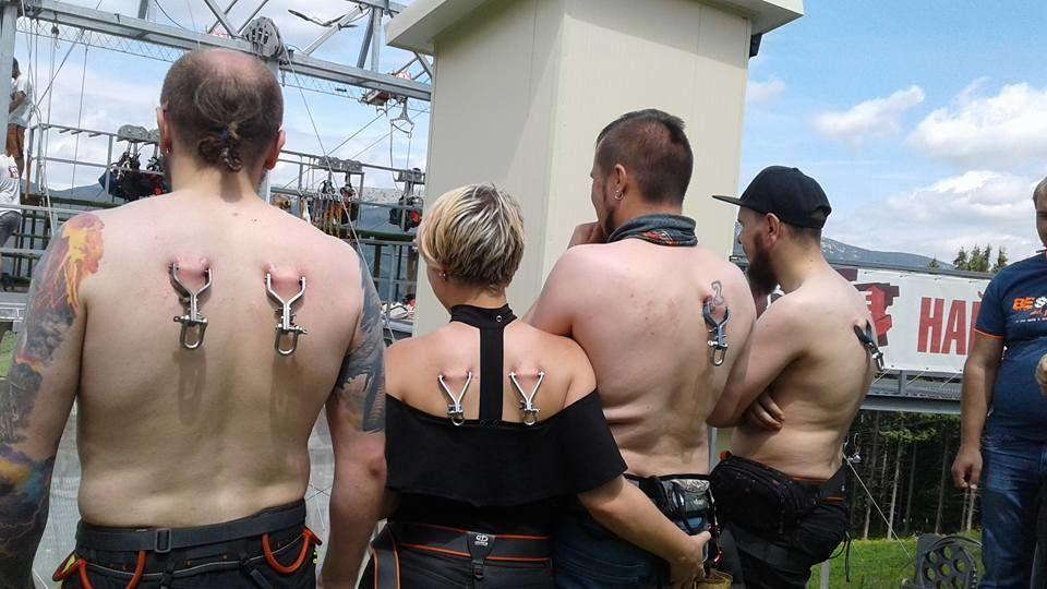 Рекорд Украины: Самый массовый одновременный спуск на троллее при помощи креплений за кожу спины