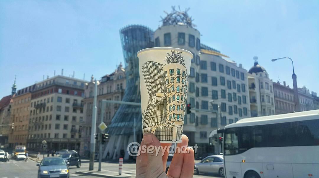 Художник-путешественник использует бумажные стаканчики в качестве холста