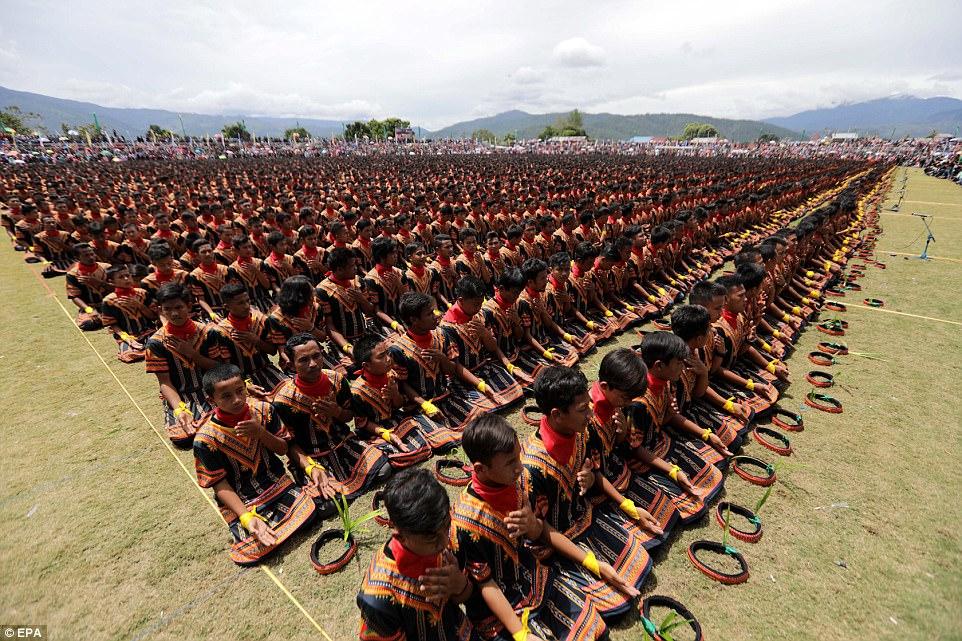10 000 индонезийских мужчин приняли участие в традиционных танцах