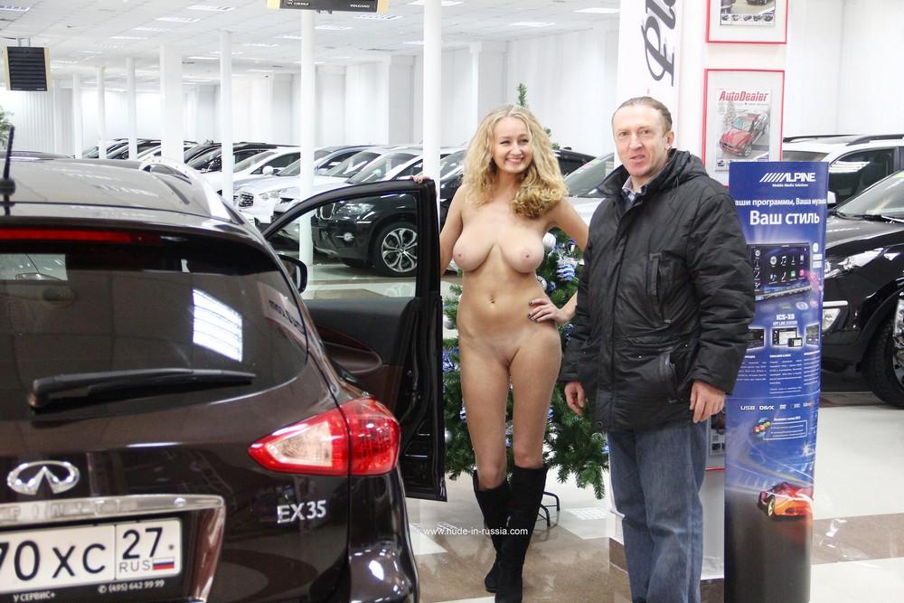 Голая Варвара продает машины