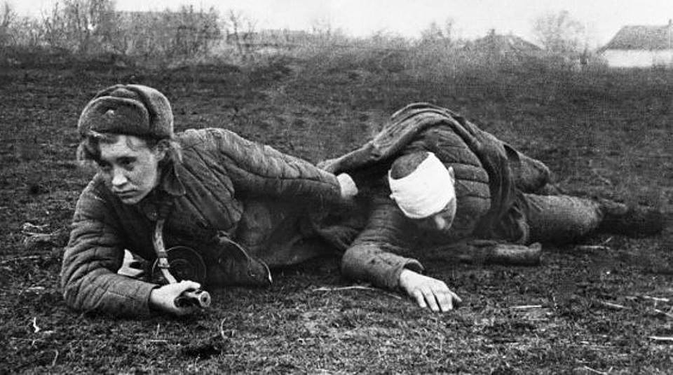 Санитарочка и раненый боец