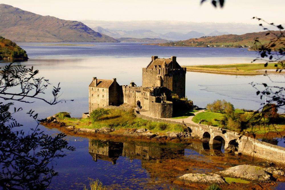 11. Замок Эйлен-Донан, Шотландия Замок, расположенный на скалистом острове во фьорде Лох-Дуйх, — оди