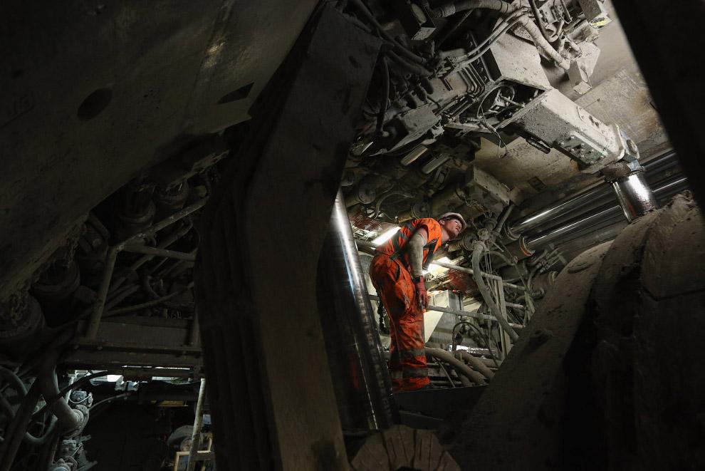 150-метровая проходческая машина настолько огромна, что внутри нее можно ходить по коридорам. (