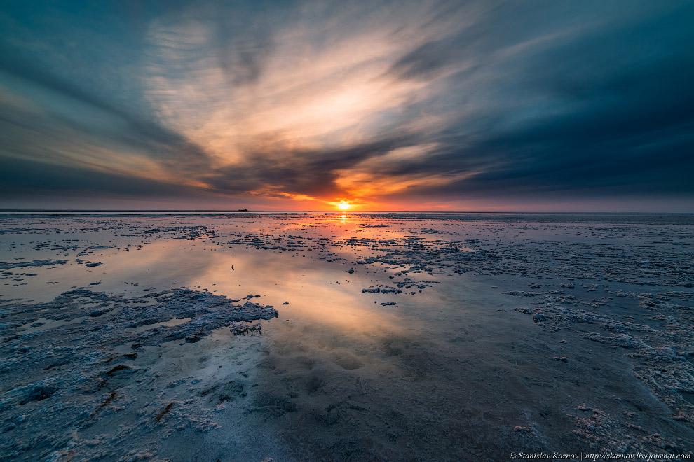 13. Солёность озера — около 300 г/л. Мощность поверхностной залежи соли на озере достигает 10-1