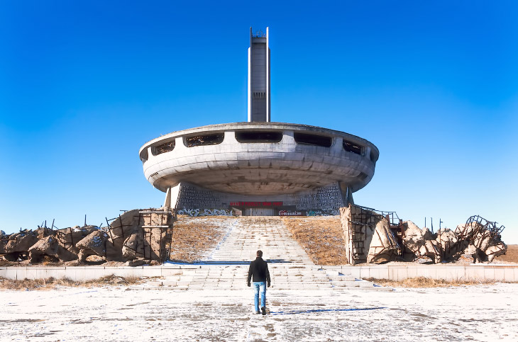 1. Факельный памятник на вершине. (Фото Roman Robroek ):