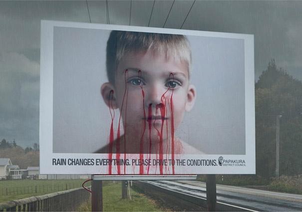 Когда проходит дождь— появляются красные подтеки уребенка как призыв снизить скорость.  Проверь