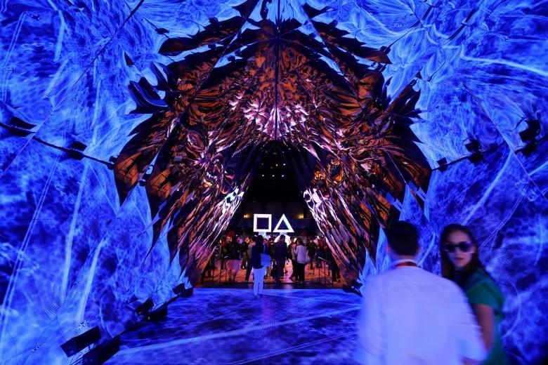 Посетитель выставки играет в VR-игру в павильоне Sony Playstation.
