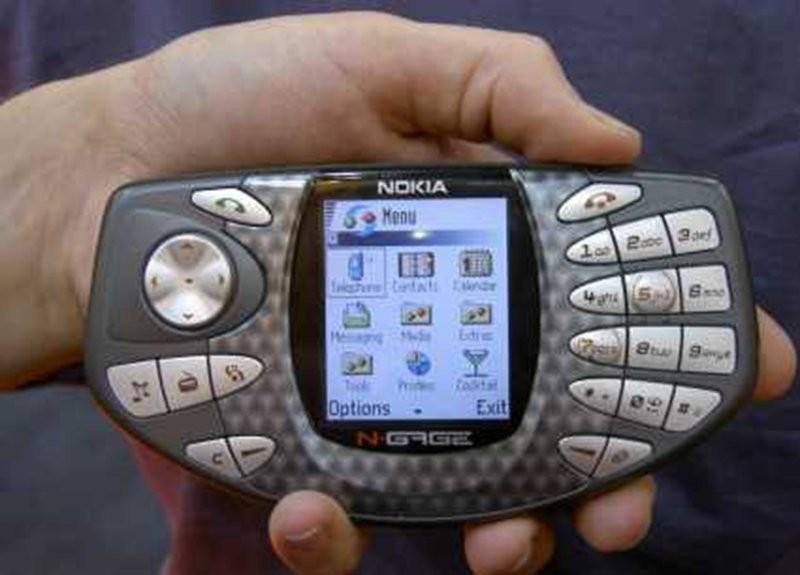 Первый телефон с iTunes: Motorola ROKR E1 (2005 год) В 2005 году мало кто мог представить, что Apple