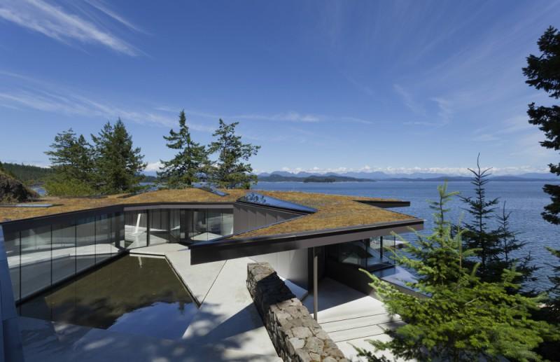 Бунгало в соснах, Британская Колумбия, Канада Необычное планирование и зеленый мох на крыше помогают