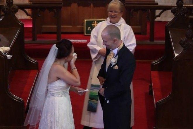 Стоя у алтаря Оли остановил свадебную церемонию, затем попросил свою невесту обернуться. На балконе