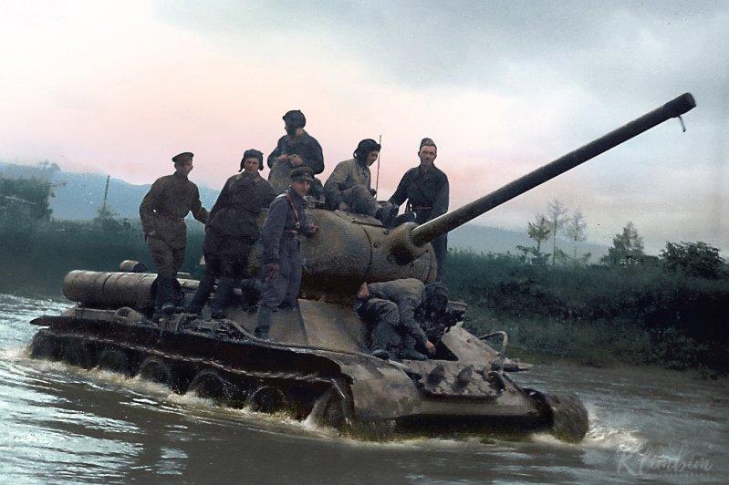 Танк Т-34 с собственным имена «Родина» на башне, несется по площади Павших Борцов в Сталинграде.