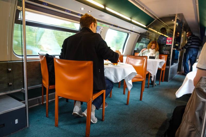 Здесь всё как положено: скатерти, нормальные стулья, которые можно придвинуть, официант и меню. Даже