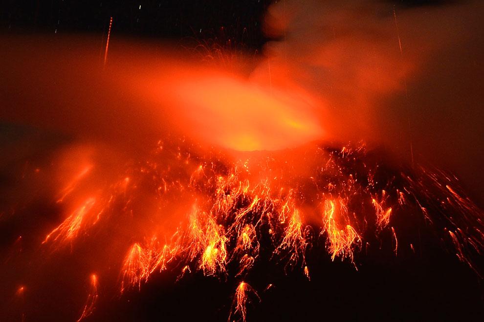 Извержение вулкана Локон на индонезийском острове Сулавеси. Он выбросил пепел на высоту около 3