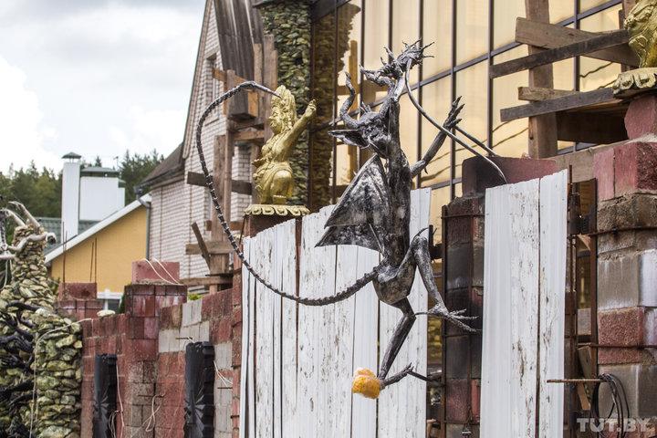 Готический дом с чертями наводит ужас на жителей белорусской деревни