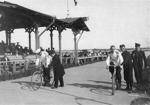 Старт велосипедистов-офицеров Русской армии на велодроме (Стрельна, Колония, Нарвское шоссе)