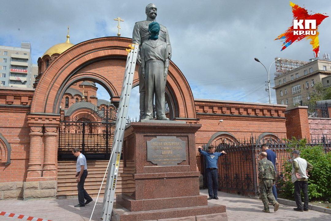 20170801_09-00-В Новосибирске памятник Николаю II и его сыну изрубили топором-pic3